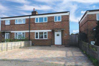 3 Bedrooms Semi Detached House for sale in Broadmead, Biggleswade, Bedfordshire
