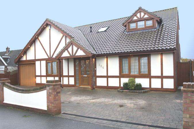 5 Bedrooms Detached House for sale in Hadleigh / Leigh-on-sea borders SS7