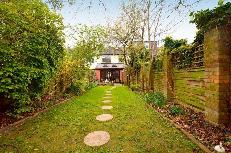 3 Bedrooms Terraced House for sale in Britannia Avenue, Icknield, Luton, Bedfordshire, LU3 1XD