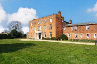 1 Bedroom Flat for sale in Broom Hall, High Street, Broom, Biggleswade
