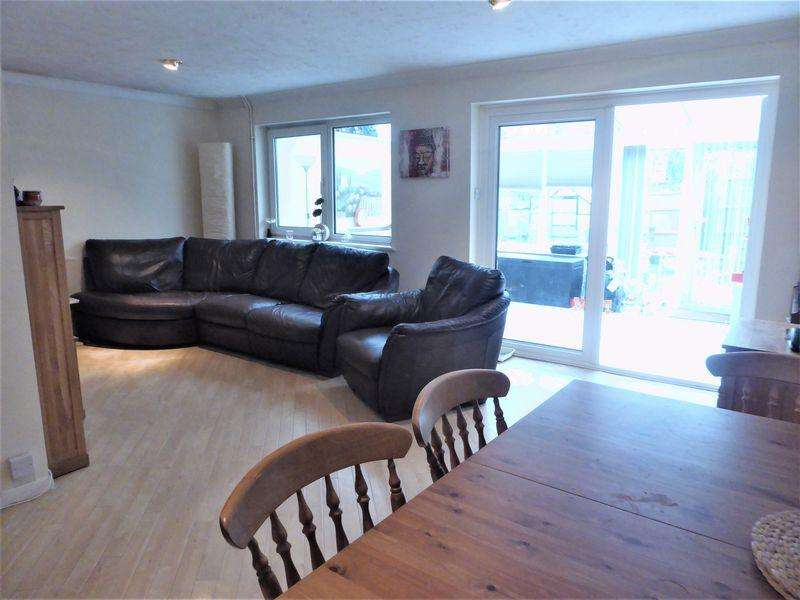 3 Bedrooms Semi Detached House for sale in Maple Way, Dunstable