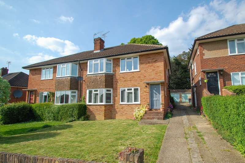 2 Bedrooms Flat for sale in Pennylets Green, Stoke Poges, SL2