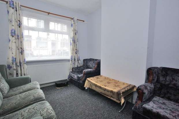 3 Bedrooms Terraced House for sale in Hillside Road, Luton, Bedfordshire, LU3 1DR