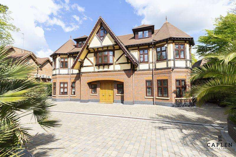 7 Bedrooms Detached House for rent in Stradbroke Drive, Chigwell