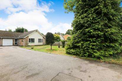 2 Bedrooms Bungalow for sale in High Road, Broom, Biggleswade, Bedfordshire