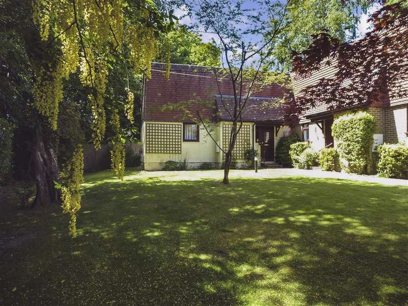 2 Bedrooms Semi Detached Bungalow for sale in Beacon Close, , Crowborough, East Sussex