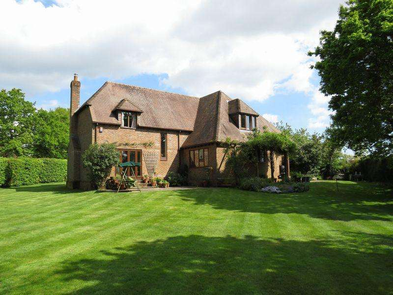 5 Bedrooms Detached House for sale in Swanmore - Central Location