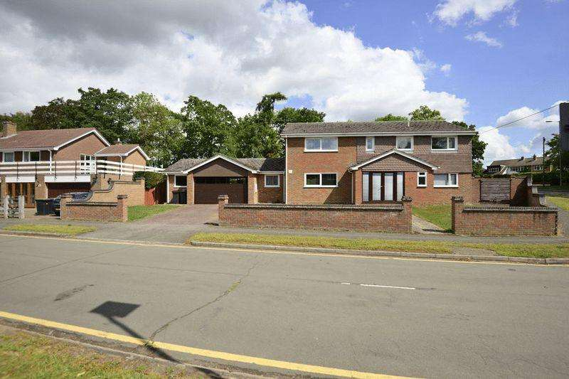 5 Bedrooms Detached House for sale in Planning for annex and close to Flitwick station