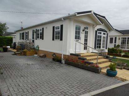 2 Bedrooms Mobile Home for sale in Kinderton Park, Cledford Lane, Middlewich, Cheshire