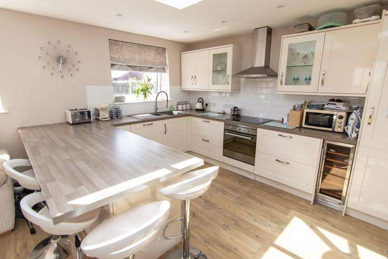 3 Bedrooms Semi Detached House for sale in Garlands Road, Alvington, Lydney