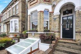 3 Bedrooms Flat for sale in Epsom Road, Croydon, Surrey, England