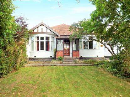 4 Bedrooms Bungalow for sale in Gloucester Road North, Filton Park, Bristol