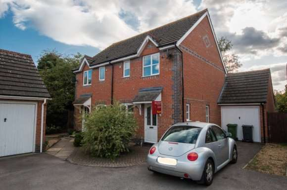 2 Bedrooms Semi Detached House for rent in Meadowsweet Close, Thatcham, RG18