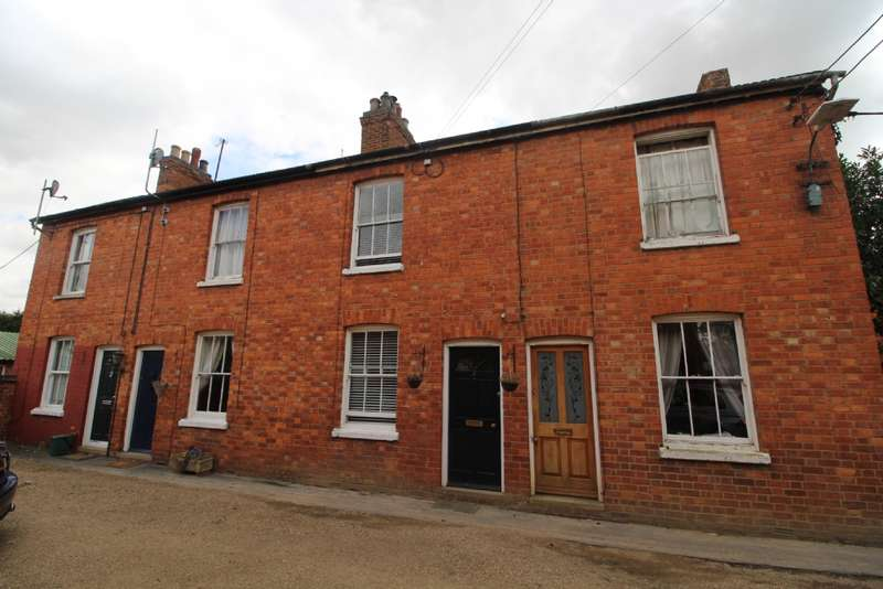 2 Bedrooms Terraced House for sale in Park View, Newport Pagnell, Buckinghamshire