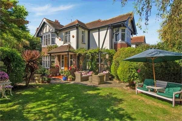 4 Bedrooms Detached House for sale in Albert Gardens, Clacton-on-Sea, Essex