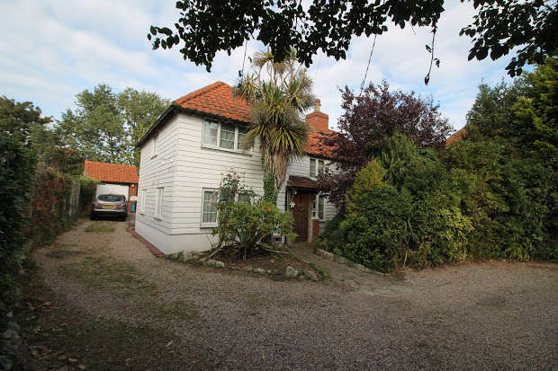 4 Bedrooms Property for sale in Thorpe Road, Frinton-on-sea, CO13