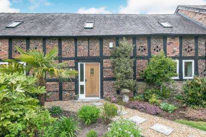 4 Bedrooms Barn Conversion Character Property for sale in Croesfoel Court, Wrexham Road, Rhostyllen, Wrexham, LL14