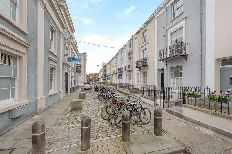 2 Bedrooms Flat for sale in Oakfield Place, Clifton