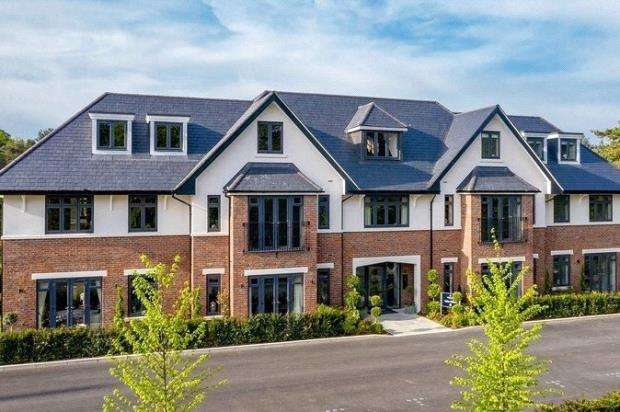 2 Bedrooms Apartment Flat for sale in Golf Drive, Camberley, Surrey
