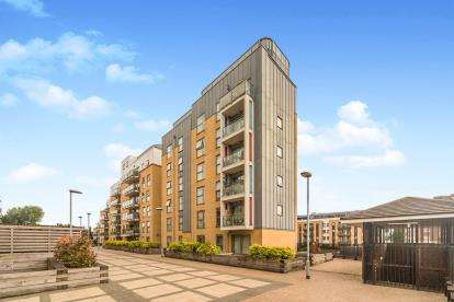 2 Bedrooms Flat for sale in Monument Court, Woolners Way, Stevenage, Hertfordshire