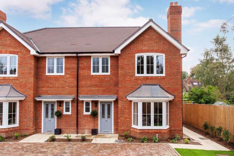 3 Bedrooms Semi Detached House for sale in Heatherfield Place, Sonning Common, RG4