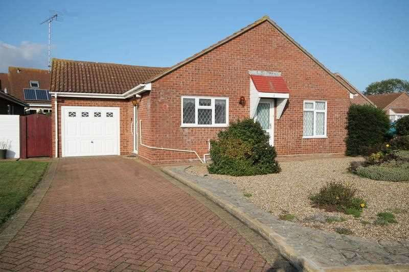 2 Bedrooms Bungalow for sale in Flixton Close, Clacton on Sea