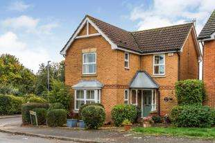 3 Bedrooms Detached House for sale in Merling Close, Chessington, Surrey