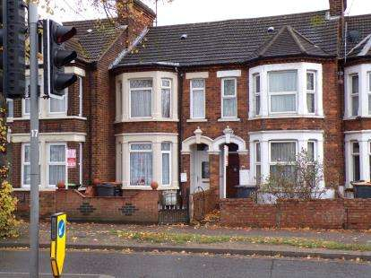 3 Bedrooms Terraced House for sale in Ampthill Road, Bedford, Bedfordshire, .