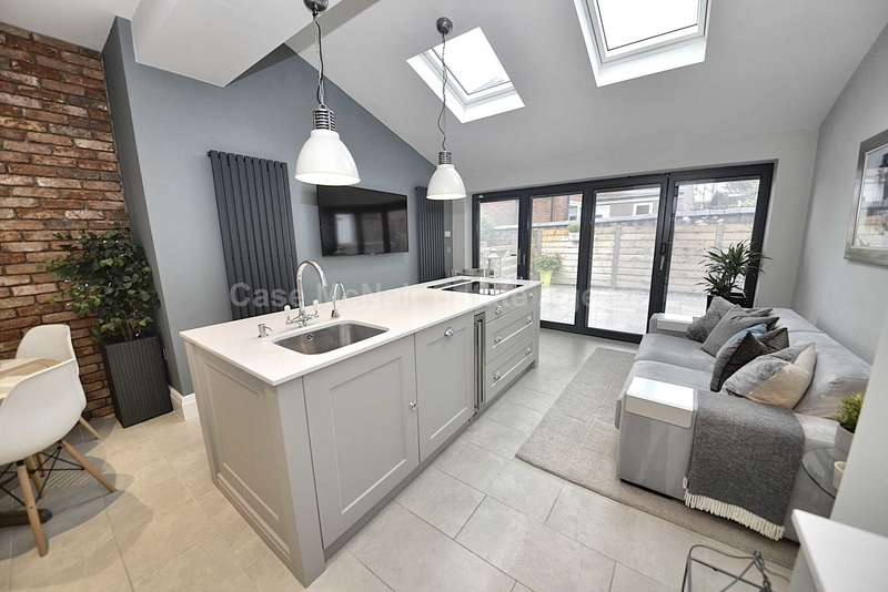 3 Bedrooms End Of Terrace House for sale in Oldham Road, Lydgate, Saddleworth, Oldham