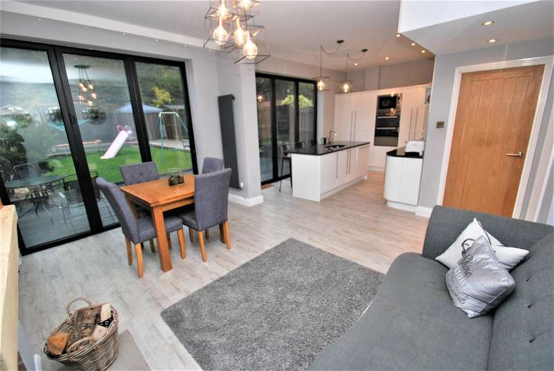 4 Bedrooms Semi Detached House for sale in West Avenue, South Shields