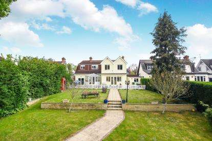 4 Bedrooms Bungalow for sale in Hornchurch, Romford, Havering
