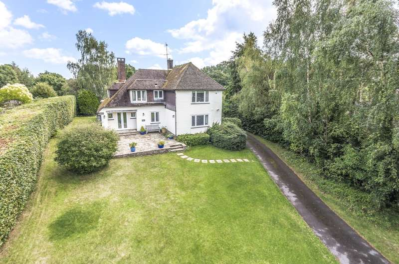 4 Bedrooms Detached House for sale in Tudor Close, Pulborough, RH20
