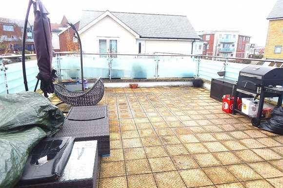 2 Bedrooms Apartment Flat for sale in Lister Drive, Springhead Park, Gravesend