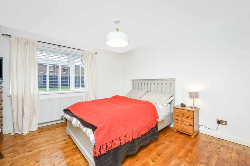 1 Bedroom Flat for sale in Staveley Gardens, Chiswick, London, W4 2SA