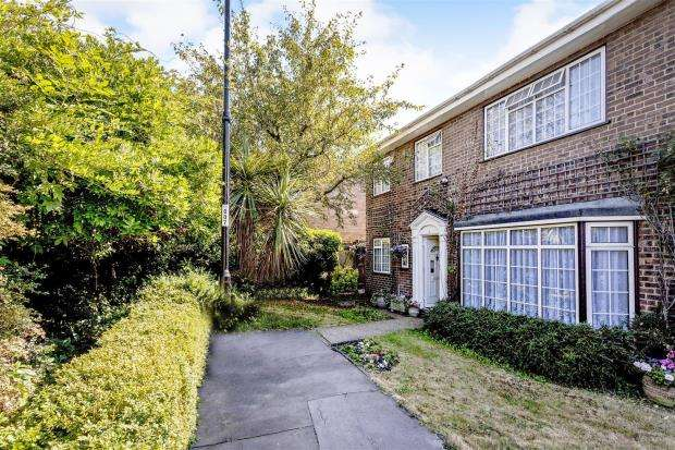 4 Bedrooms End Of Terrace House for sale in Barons Walk, Croydon, Surrey