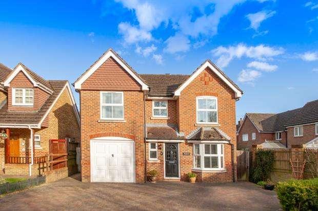 4 Bedrooms Detached House for sale in Laurel Gardens, Aldershot, Hampshire