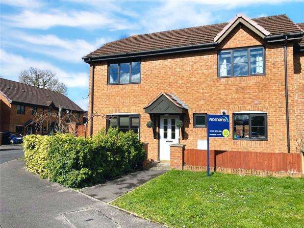 3 Bedrooms Semi Detached House for sale in Whetstone Road, Farnborough, Hampshire