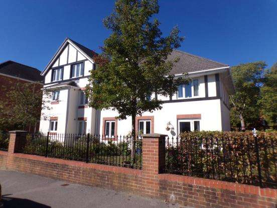 2 Bedrooms Flat for sale in Clarence Road, Fleet, Hampshire
