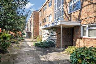2 Bedrooms Flat for sale in River Grove Park, Beckenham, .