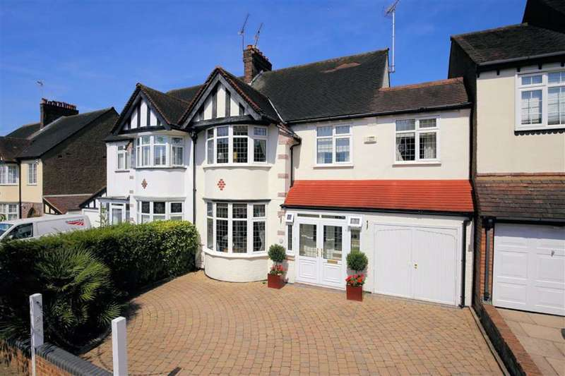 4 Bedrooms Detached House for sale in Hollywood Way, Woodford Green, Essex