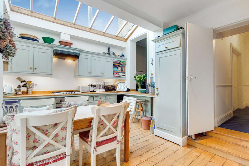 3 Bedrooms End Of Terrace House for sale in Hamilton Road, Brentford