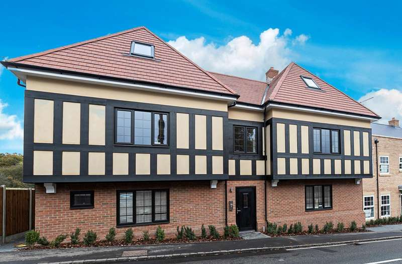 3 Bedrooms Flat for sale in Coppice Row, Theydon Bois, Essex