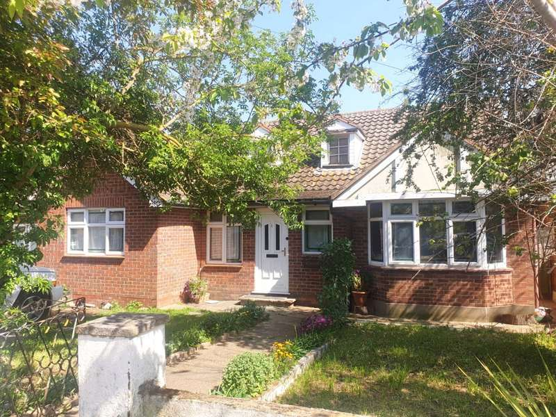 5 Bedrooms Detached Bungalow for sale in Albert Drive, Basildon, Essex, SS15