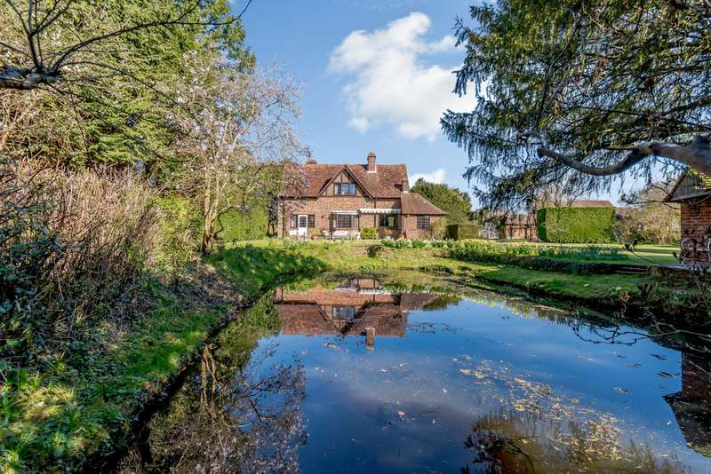 3 Bedrooms Detached House for sale in Dewlands Lane, Cranleigh, GU6