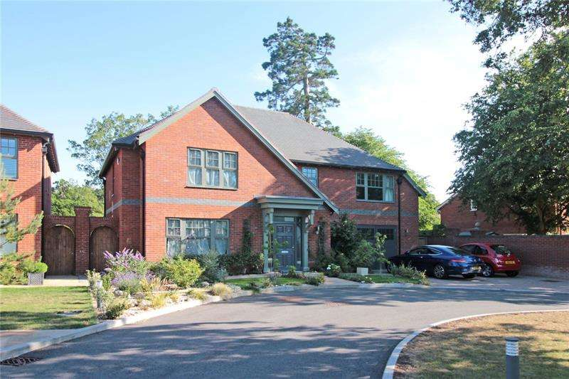 4 Bedrooms Detached House for sale in Admiral Place, Winkton, Christchurch, Dorset, BH23