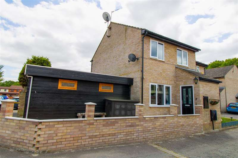 3 Bedrooms Semi Detached House for sale in Persardi Court, Holt Drive, Colchester, CO2
