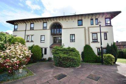 3 Bedrooms Flat for sale in Ruskin Court, Knutsford, Cheshire