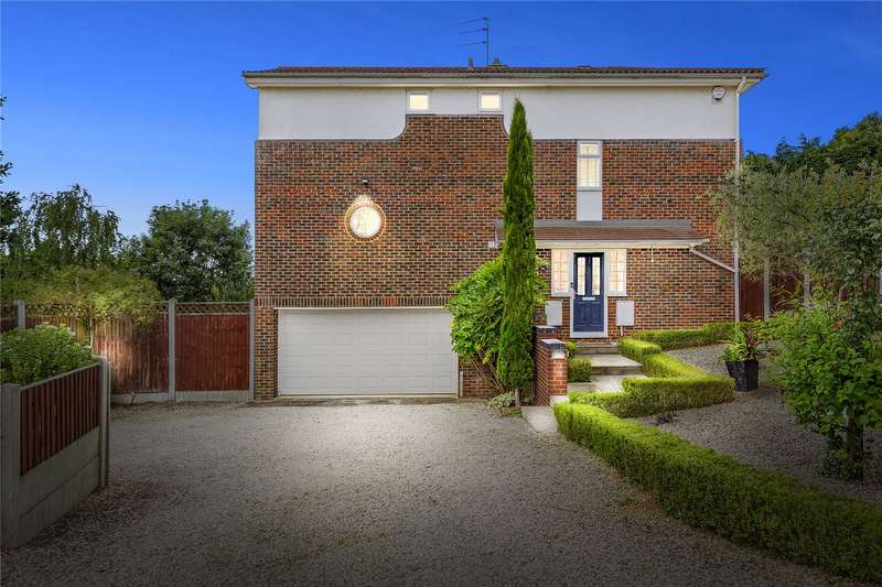4 Bedrooms Detached House for sale in Hillcrest View, Basildon, Essex, SS16
