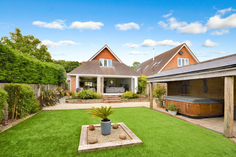 4 Bedrooms Chalet House for sale in Stombers Lane, Hawkinge, Kent