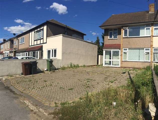 4 Bedrooms Semi Detached House for sale in Whalebone Lane North, Romford, Essex